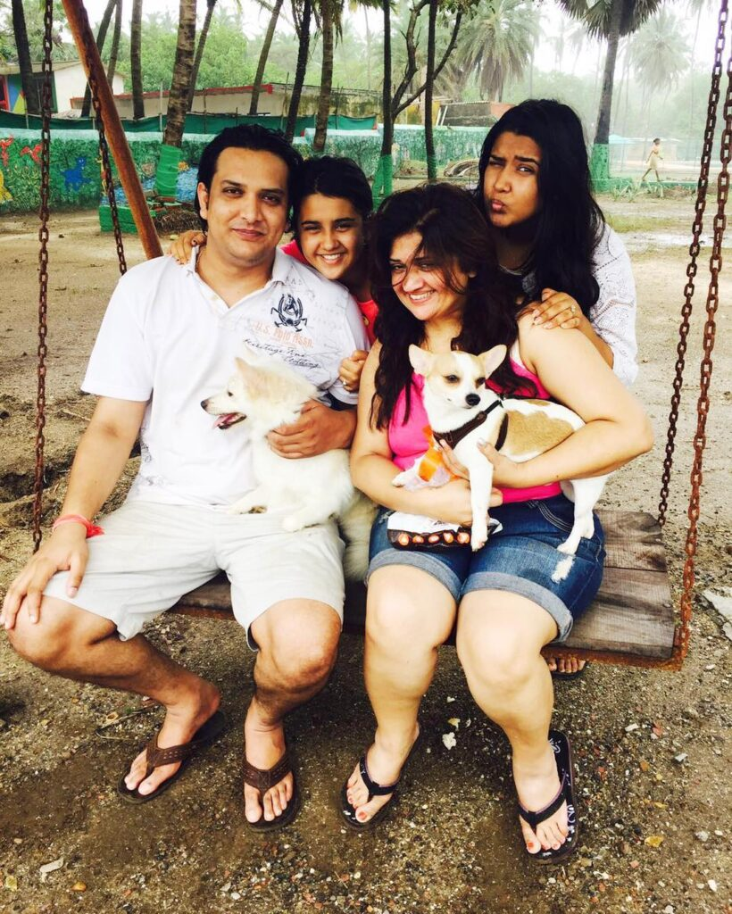 Roshni Walia family, mother, father, sister