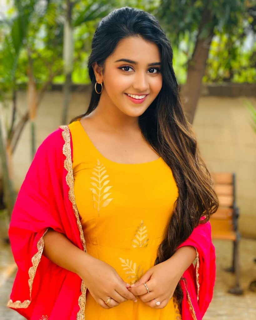 Roshni Walia Biography, Age, Wiki, Family, Boyfriend & More